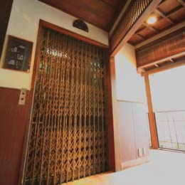 今でも現役で使用されている、昭和初期に作られた手動エレベーター